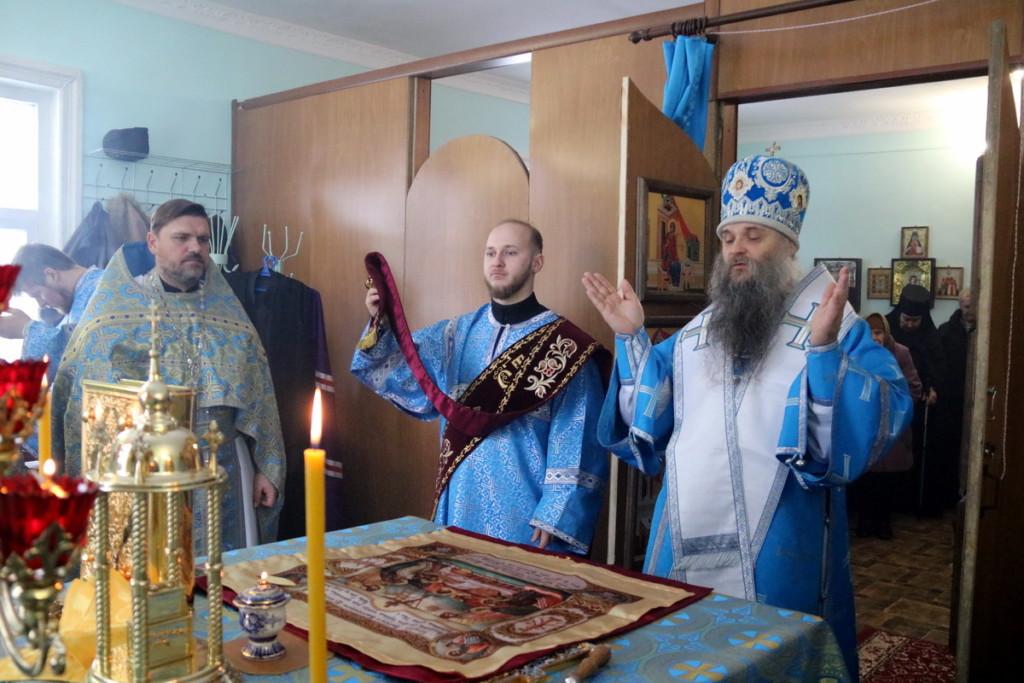 Преосвященный Савва совершил Беожественную литургию в домовом храме возрождающегося Николо-Тихвинского монастыря